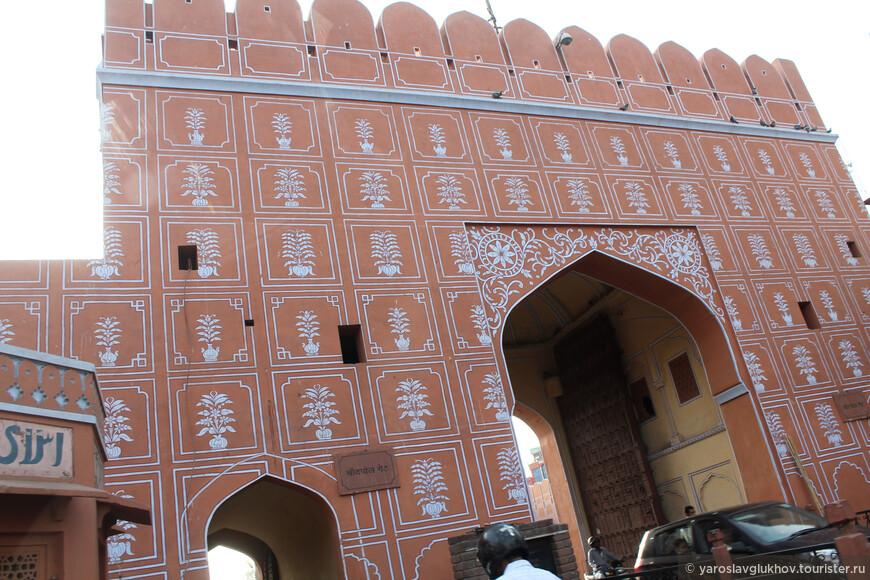Одни из многочисленных джайпурских ворот.
