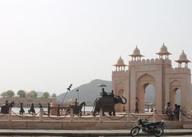 Статуи на берегу озера Ман-Сагар (Man Sagar Lake). На заднем плане виден дворец Джал-Махал.