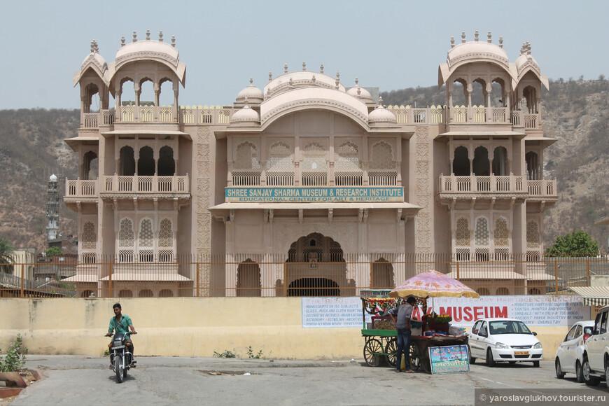 Отель кажется настоящим дворцом, из окон которого открывается вид на Джал-Махал и озеро Ман-Сагар.