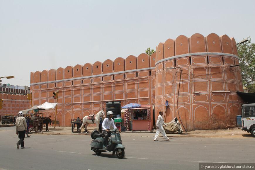Стены Джайпура по большей части отреставрированы и смотрятся очень нарядно и празднично.