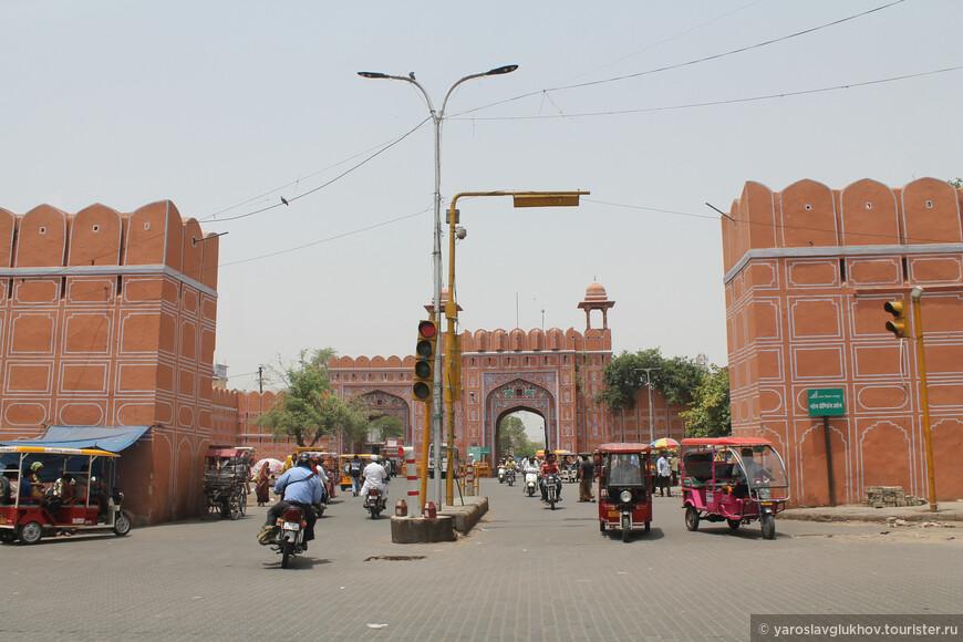 В центре Джайпура. Различные транспортные средства то и дело снуют туда-сюда.