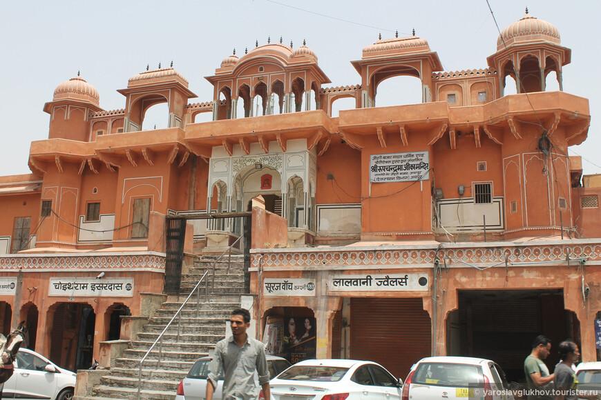 """Джайпур называют """"Розовым городом"""", и это заслуженно — в центре города многочисленные дома выкрашены розоватыми цветами, будь то храмы, дворцы или обычные жилые дома."""