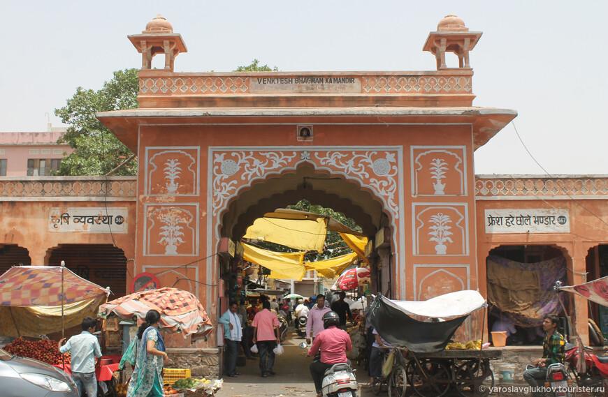 Ворота в храм Венктеш Бхагван Ка Мандир.