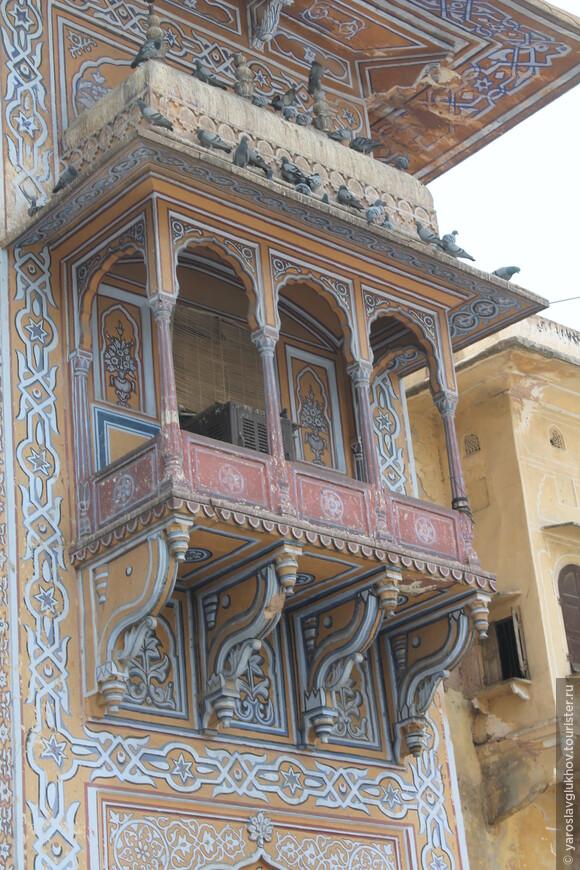 Вот так красиво расписаны одни из ворот Джайпура.