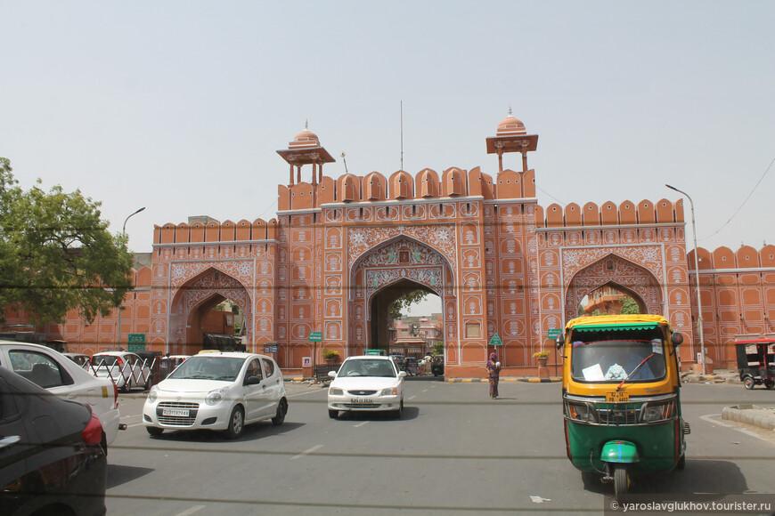 В Джайпуре есть свои крепостные стены, в которых много различных ворот, причём многие выкрашены в розовые оттенки.