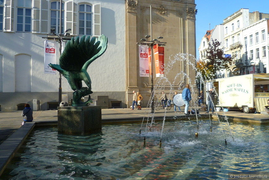 Через некоторое время дошагаем до Дома Рубенса - самого посещаемого памятника Антверпена.