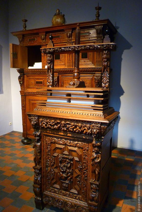 Пресс-машина для белья и бельевой шкаф.