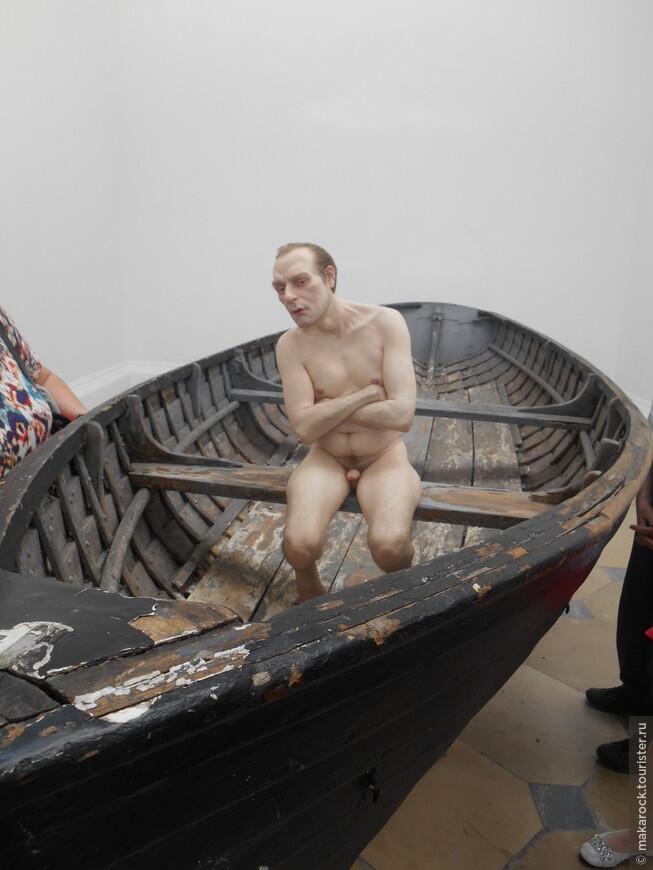 В парке Фольксгартен выставка гиперреалистических скульптур Рона Муека