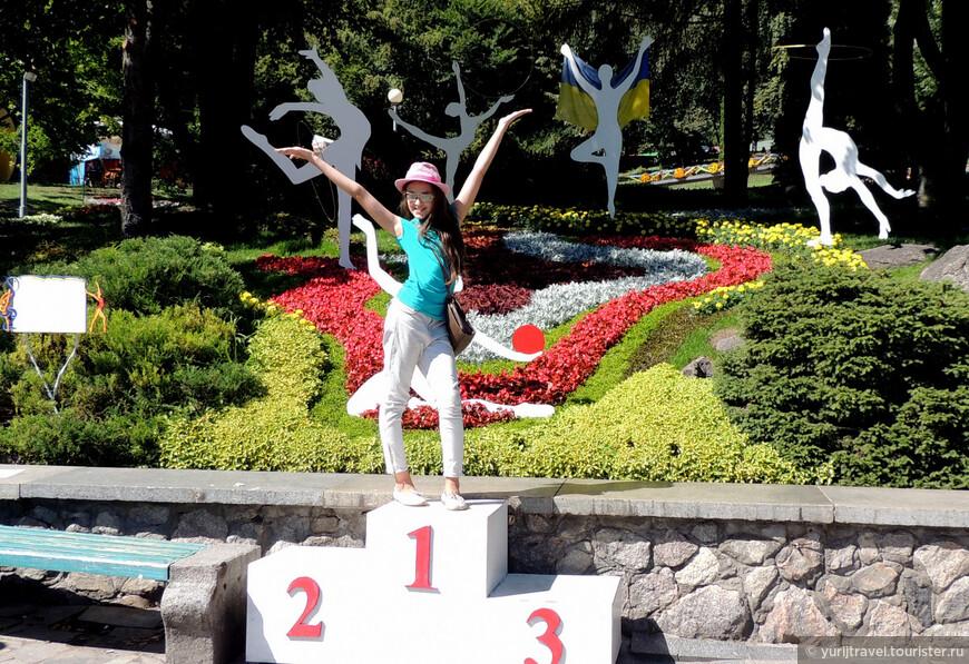 Эта композиция посвящена выдающимся победам украинских гимнасток на мировой арене, начиная от Ирины Дерюгиной и заканчивая Анной Ризатдиновой на минувшей Олимпиаде в Рио ...