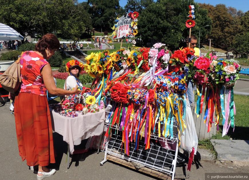 """Венок с цветами является непременным атрибутом культуры украинской женщины. Всего за 5 гривен (15 руб.) здесь можно взять """"напрокат"""" такой венок и сделать фотосессию ..."""