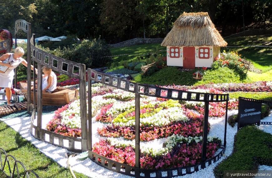 """Данная цветочная инсталляция под названием """"Довженко - Десною зачарованный"""", посвящена творчеству кинорежиссера Александра Довженко (1894-1956)."""