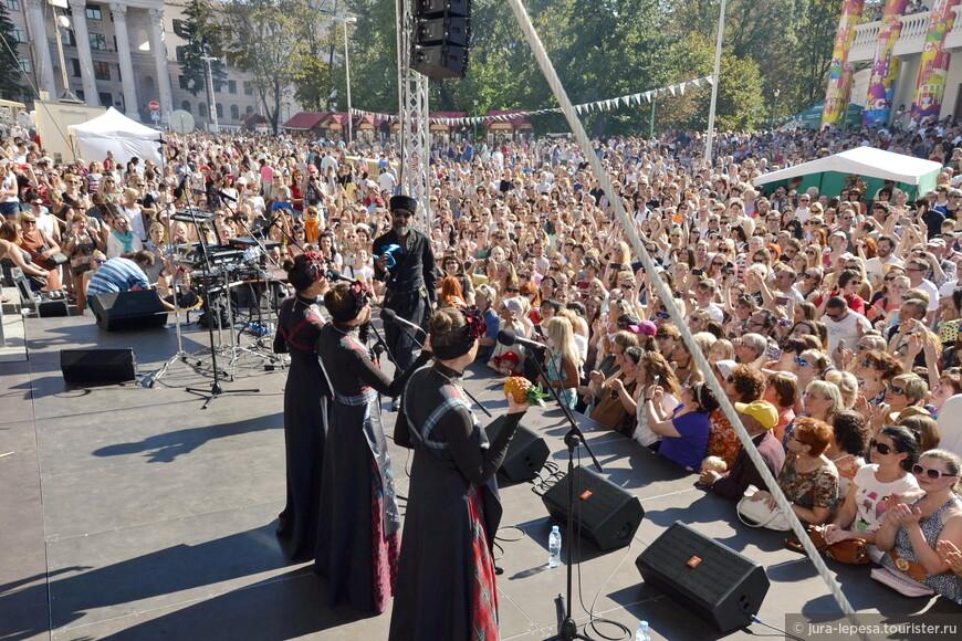 Хедлайнеры  праздника — представители европейской клубной музыки Kahaberi & Khanums. Это  самый сочный грузинский электро-фолк.