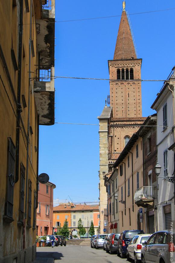 Улочка Via Pace от собора увела меня к другим старинным чудесам Пьяченцы.