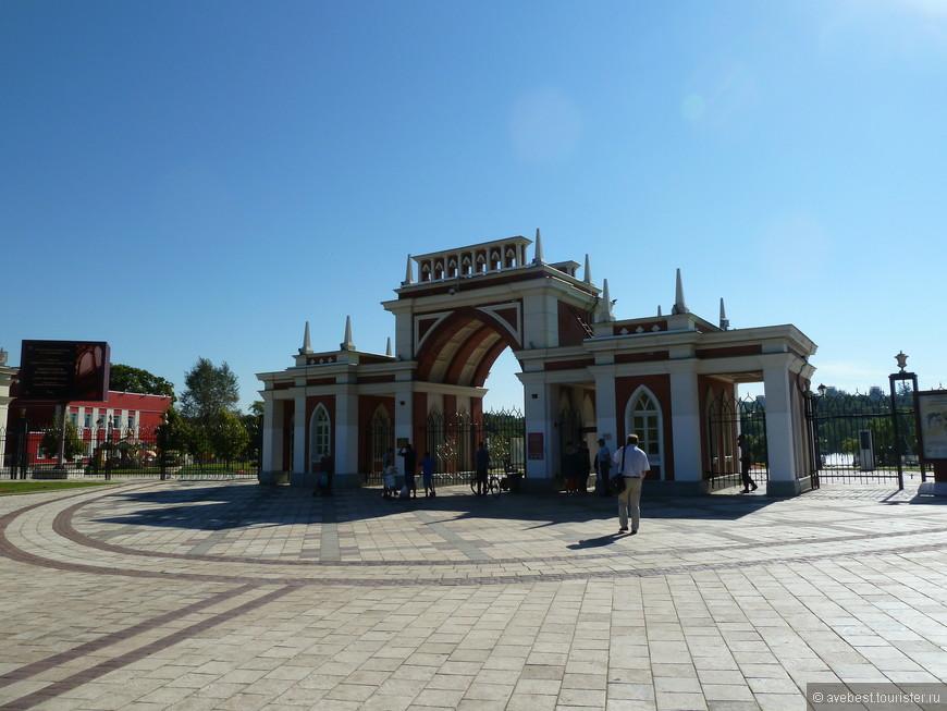 """Цари́цыно — дворцово-парковый ансамбль на юге Москвы; заложен по повелению императрицы Екатерины II в 1776 году. Находится в ведении музея-заповедника «Царицыно», основанного в 1984 году.  Это исторически сложившаяся, наиболее известная и благоустроенная часть особо охраняемой природной территории . <noindex><noindex><a href=""""https://www.tourister.ru/go?url=https://ru.wikipedia.org/wiki"""" class=""""ext_link"""" target=""""_blank"""">https://ru.wikipedia.org/wiki</a></noindex></noindex>"""
