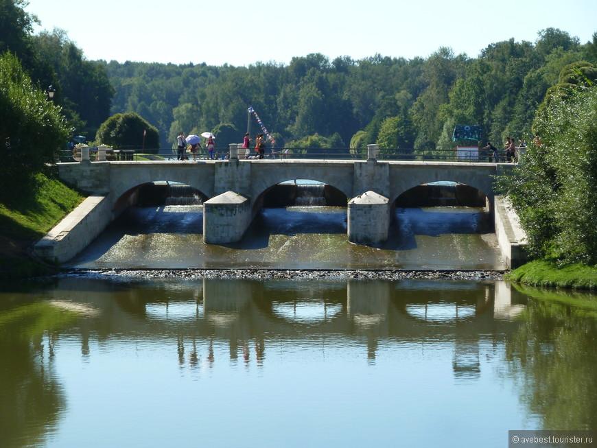 Плотина, разделяющая Верхний и Средний пруды.