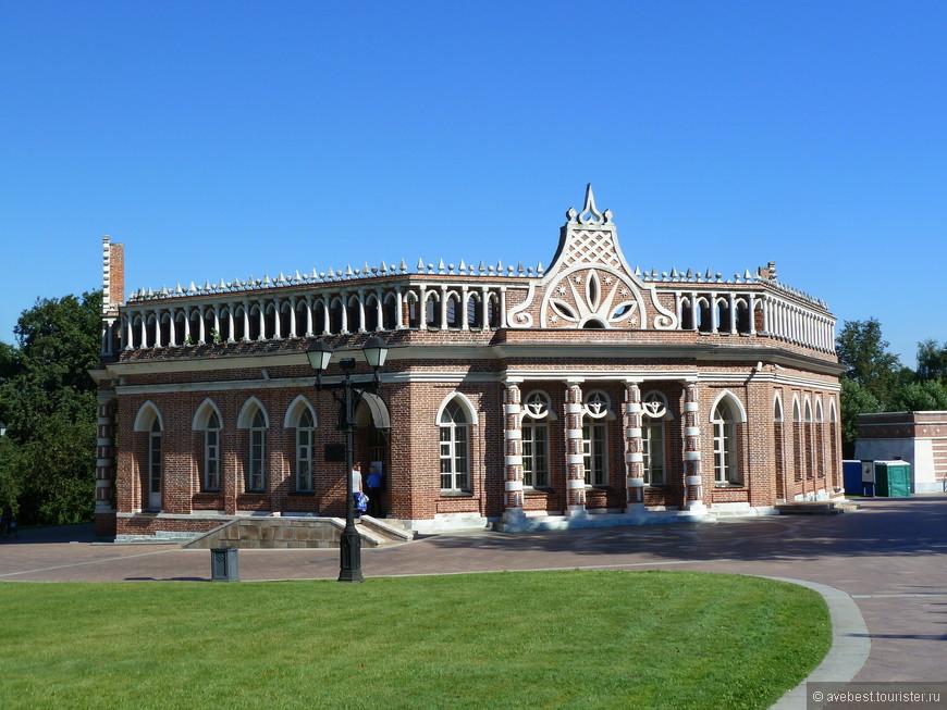 """Второй  Кавалерский корпус, построен в 1784—1785 годах, вероятно, предназначался для дворцовой прислуги. Он имеет в оформлении портики с изящными кирпичными колоннами и фронтоны-кокошники с рисунком. Декор фронтонов с композициями из звёзд, трилистников и лучей, вероятно, содержит намёк на масонскую символику. Второй Кавалерский корпус никогда не эксплуатировался и к 1980-м годам. <noindex><noindex><a href=""""https://www.tourister.ru/go?url=https://ru.wikipedia.org/wiki"""" class=""""ext_link"""" target=""""_blank"""">https://ru.wikipedia.org/wiki</a></noindex></noindex>"""