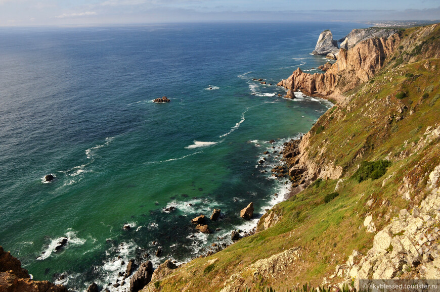 Мыс Рока. Потрясающий вид на скалы и океан - завораживает. Могли бы до рассвета тут сидеть, но поднимался ветер, да и в Синтру нужно было хотя бы заглянуть )