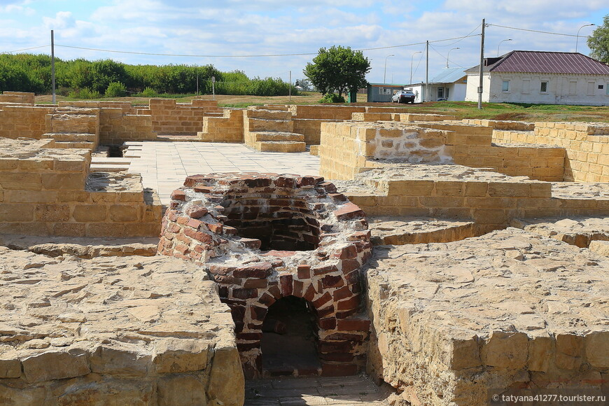 На этом месте Белая палата, одна из общественных бань Булгара. В бане была система подпольного отопления, устройство водопровода и канализации. Горячая и холодная вода поступали по глиняным и металлическим трубам.