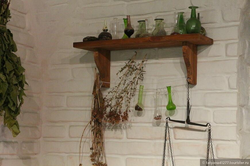 Скляночки и баночки аккуратно расставлены по полкам.