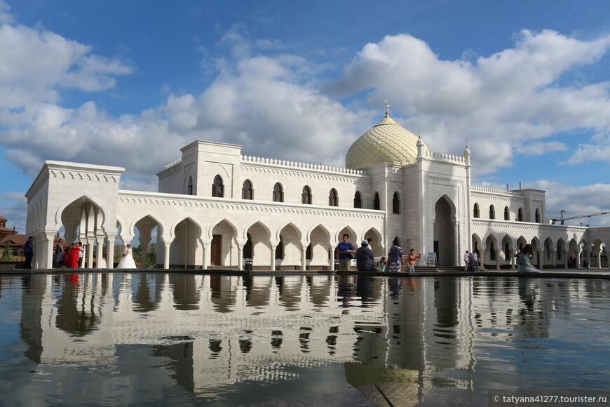 Белая мечеть, спроектированная так, что напоминает знаменитый индийский Тадж-Махал, была построена в 2012 году. Белоснежно-кремовый комплекс воздвигнут в рекордные сроки по проекту Сергея Шакурова, казанского архитектора. Величие и размах сооружения притягивает к себе не только приверженцев ислама, но и простых путешественников. Здесь работают экскурсии. Так что если заранее договориться, то вам все подробно расскажут и покажут. Вход в саму мечеть — бесплатный условно. Бахилы-5 рублей.