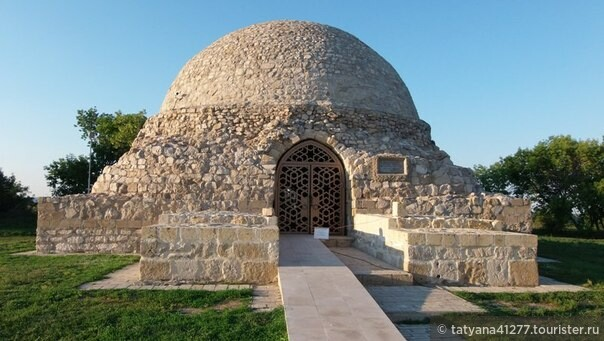 Северный мавзолей отличается от Восточного  большим размером и некоторыми деталями. Сегодня внутри мавзолея действует выставка эпиграфических памятников, которые являются частью богатого историко-архитектурного наследия древних булгар.