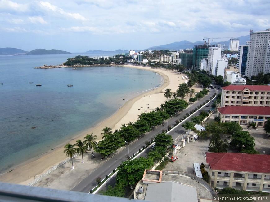 Курортом Нячанг стал ещё во времена императоров и в то время, когда Вьетнам был французской колонией. Пляж города — муниципальный, и лишь небольшие участки побережья находятся в частной собственности. Есть также целебные источники и грязи.