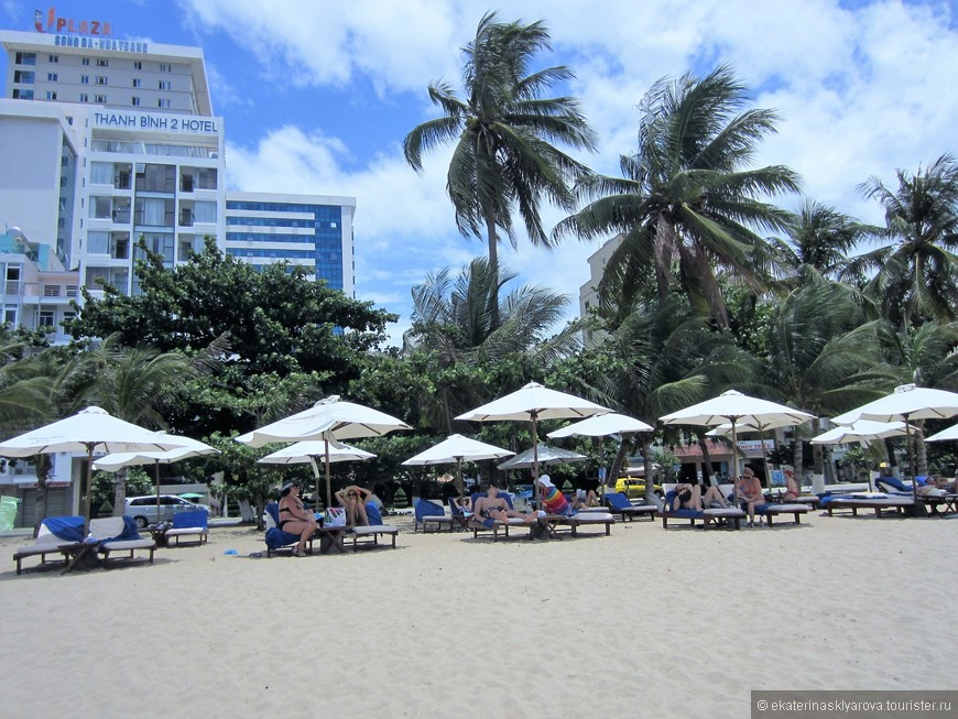 Море и пляж – это конечно не райское местечко «баунти», но вполне себе симпатичное и чистое. Кое-какой мусор попадается, куда же без этого, но если сравнивать с городским пляжем в Паттайе (Таиланд), пляж Нячанга лучше в несколько раз! Во все дни нашего отпуска вода в море была вполне чистая и прозрачная. Вход в море хороший, песчаный и пологий.