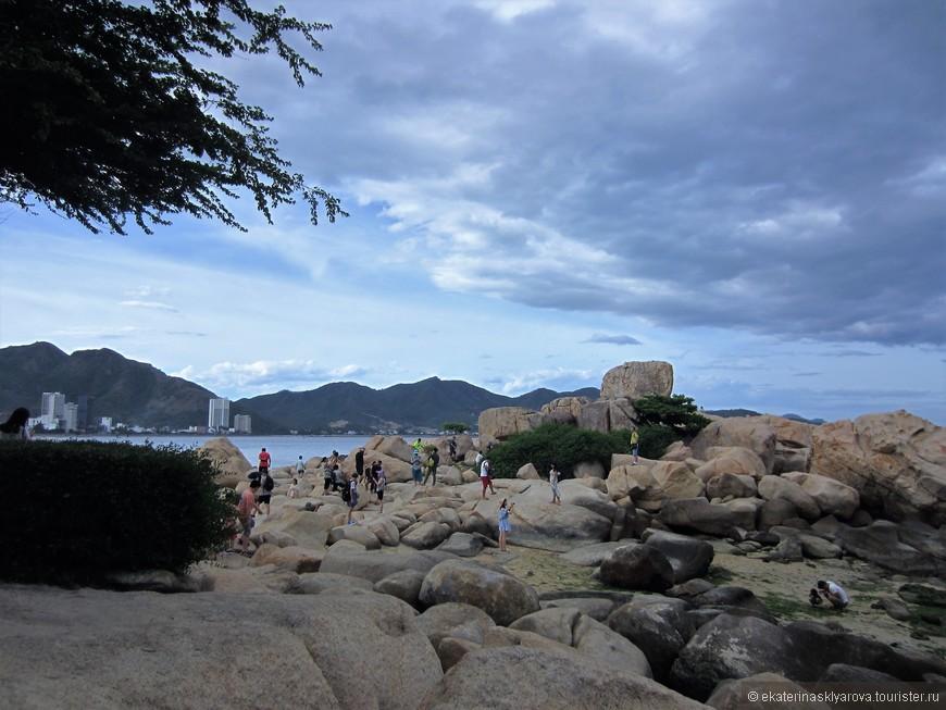 Не далеко от нашего отеля на мысе Хон Чонг находился «Сад камней». Неплохое спокойное место. Можно послушать традиционную вьетнамскую музыку. Понаблюдать за пейзажем или полазить по камням.