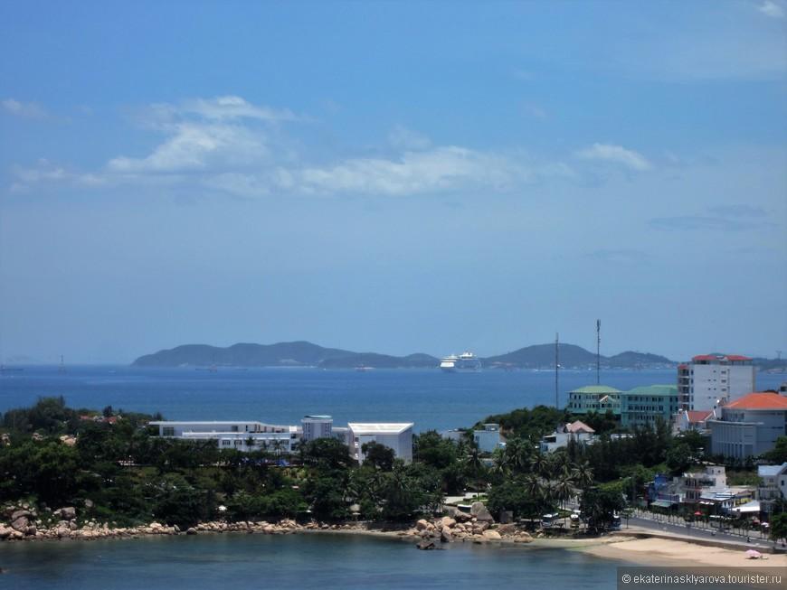 Город еще не сильно развит как курортное место, но и в него уже заходят большие круизные лайнеры.