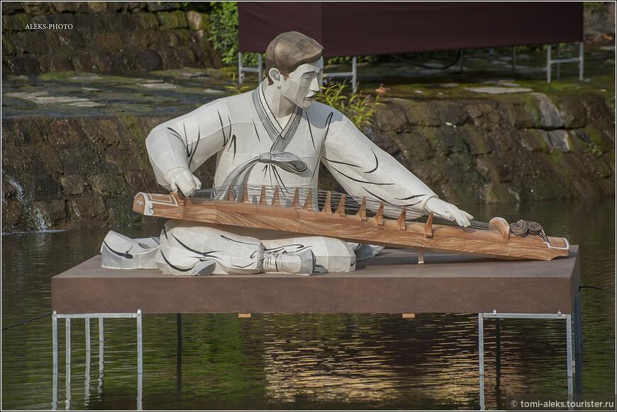 Особенно им нравится, когда иностранцы интересуются их традиционной культурой. Вот, кстати, скульптура, изображающая музыканта, играющего на традиционном корейском щипковом инструменте Каягым (가야금).  Мне, кстати, очень хотелось купить такой инструмент на память в Сеуле. Но они оказались очень дорогими - от 350-400 долларов. Пришлось довольствоваться гитаркой укулеле за сто долларов, на которой так любят играть современные корейские девушки. Зато она из корейской сосны и теперь украшает мою коллекцию инструментов.
