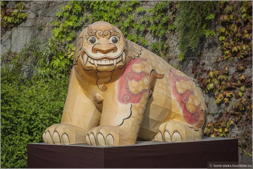 Конечно, днем скульптуры выглядят не столь презентабельно, ведь это - фонари. Но все равно приятно. По-видимому, это тигр. Тигры и медведи водятся на территории Кореи. Но еще корейцы очень любят изображать львов и даже любят танцы. Наверно, это им передалось от китайцев. Артисты любят наряжаться в маски льва с развевающейся гривой.