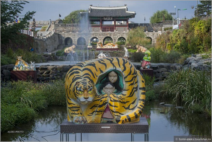 Вот это точно - тигр. Оказывается, в густонаселенной Южной Корее еще лет сто пятьдесят назад обитал тот самый уссурийский тигр, который водится у нас на Дальнем Востоке. Для животных ведь нет границ. Тигры бродили даже в окрестностях Сеула. Но урбанизация страны сыграла свою роль и теперь тигры живут лишь в зоопарке Сеула. Отношение корейцев к тигру особое. В прошлые времена уездные правители восседали на шкурах этих животных.