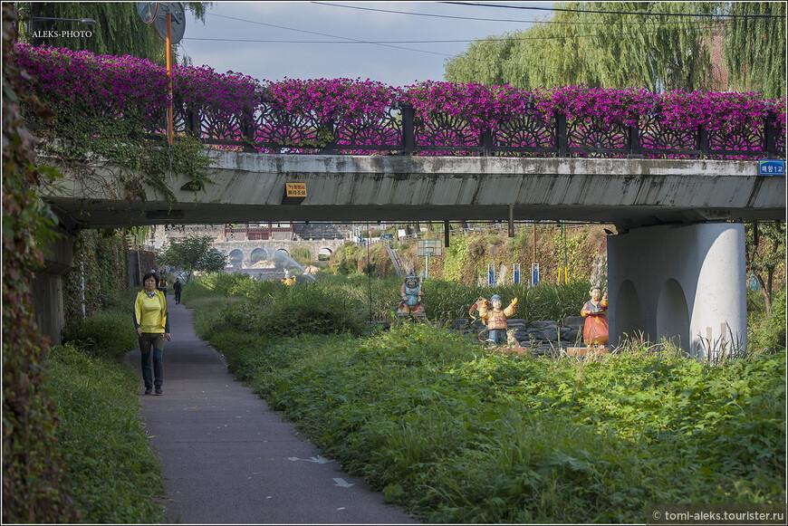 Обычно все ручьи пересекает множество мостов.Здорово, что тут мы увидели много цветов, высаженных прямо на ограде моста. Пешая прогулка вдоль ручья - залог здоровья.