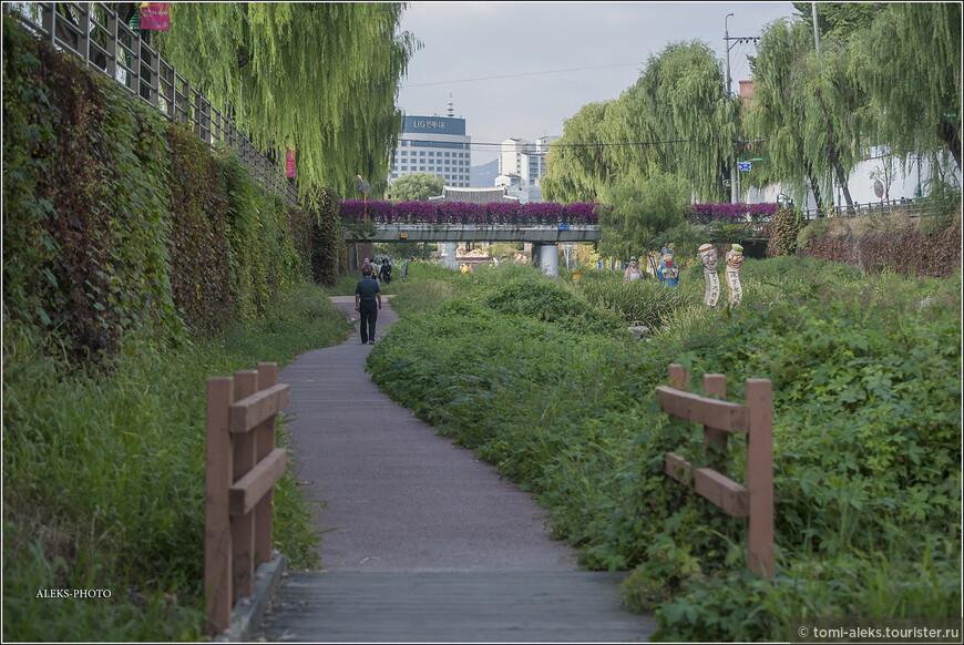 Удобные мостики.Все сделано для людей. И никто не гадит где попало. Молодцы корейцы - у них стоит поучиться.
