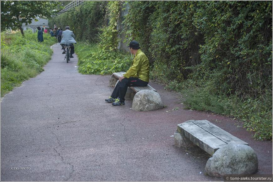 Устали от похода - к вашим услугам скамейки с оригинальным корейским дизайном. Можно посидеть и поглазеть на проезжающих мимо велосипедистов.