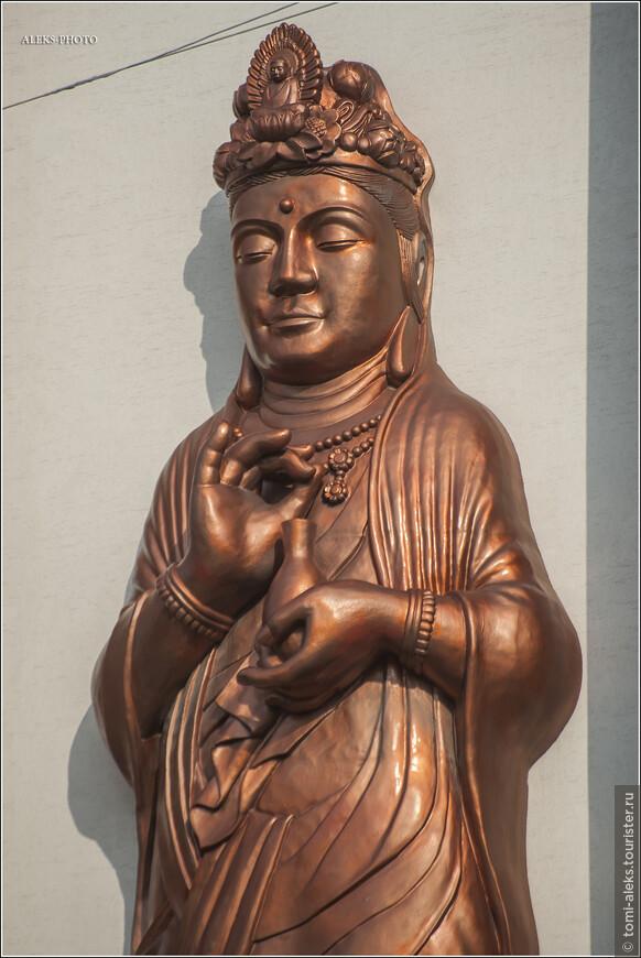 У храма тем не менее видно скульптуру далеко не католического вида. Хотя скульптуры в храмах - это как раз в католических традициях. В этом католики схожи с буддистами.
