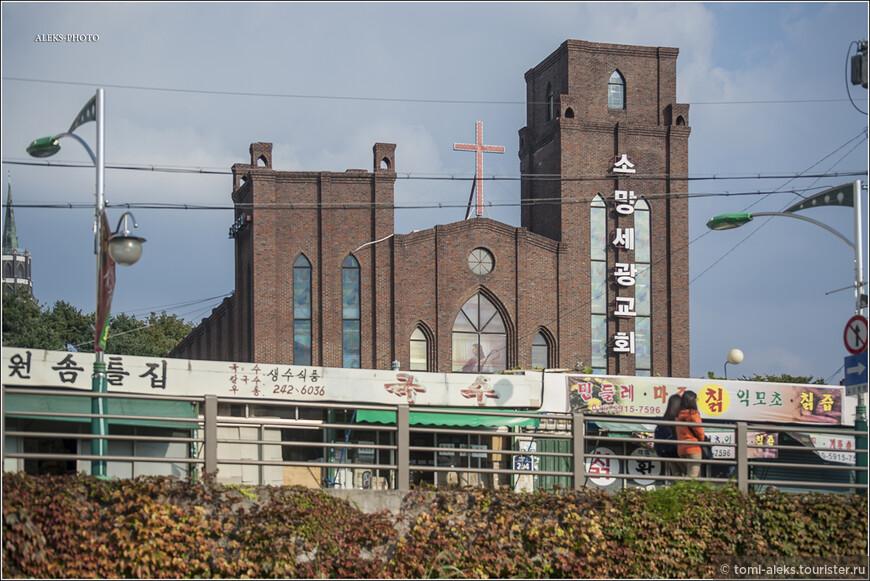Вот так выглядят местные церкви. Они - разных конфессий. Этот - явно похож на католические соборы.