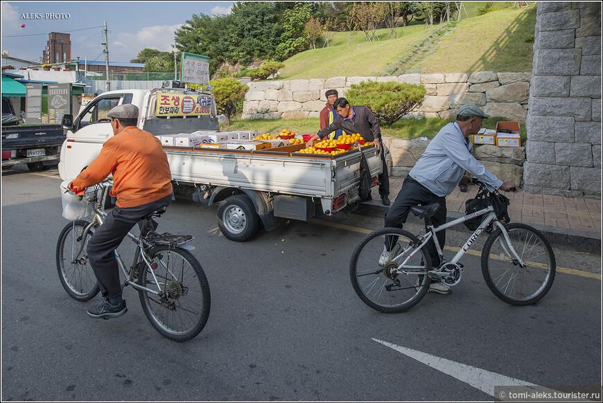 Под мостом вовсю идет торговля мандаринами с острова Чеджу. В октябре, когда мы были в стране, здесь продавали очень много дешевых и вкусных мандаринов. Наверно,именно с этим фруктом и еще с хурмой, которой тоже много в октябре, у нас и ассоциируется Южная Корея.