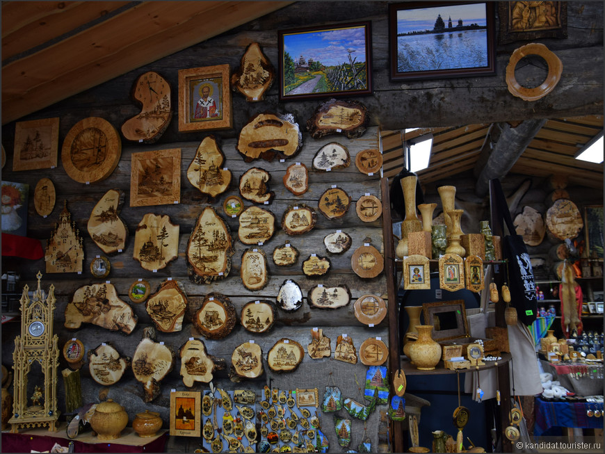 А это сувенирные лавки, которые располагаются на причале, на котором гостеприимные Кижи встречают туристов...