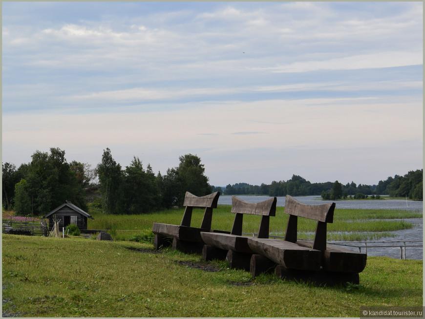А это лавки для отдыха туристов, которые вдоволь  нагулялись вдоль изгородей, которые отделяют....можете сами продолжить...