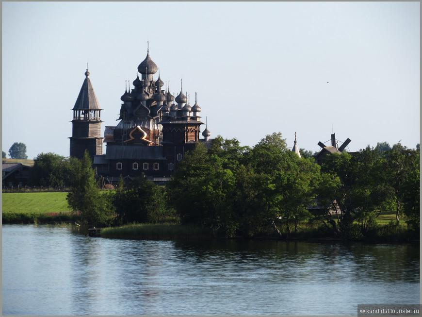"""Просто хотя бы для того, чтобы поближе посмотреть на эту рукотворную красоту. Ведь говорят, что плотник Нестор, закончив строительство храма, забросил топор (волшебный!?) в озеро, чтобы никто не создал """"дубликат храма""""."""
