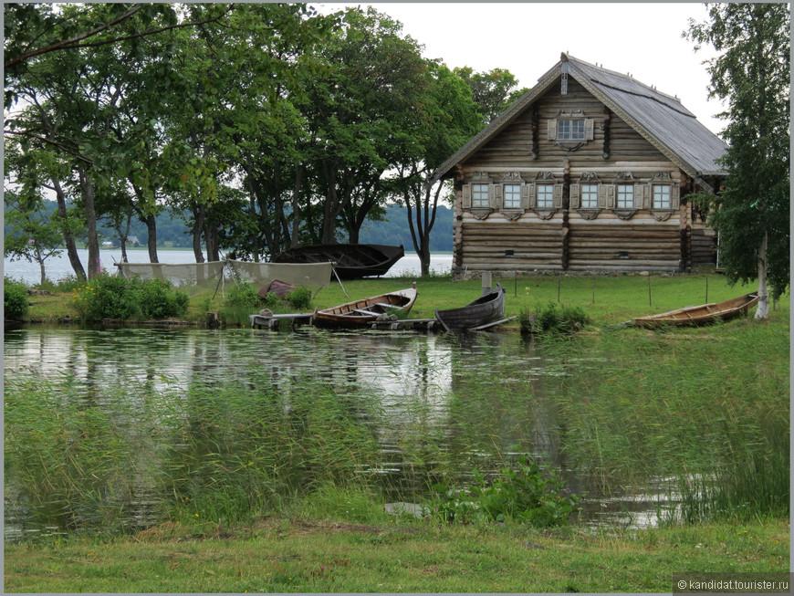 Около этого дома небольшой музей плавсредств - Музейная Гавань.