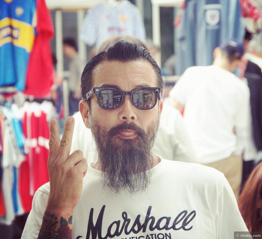 Продавец одежды на уличиной распродаже