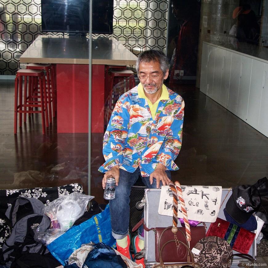 Продавец винтажной одежды