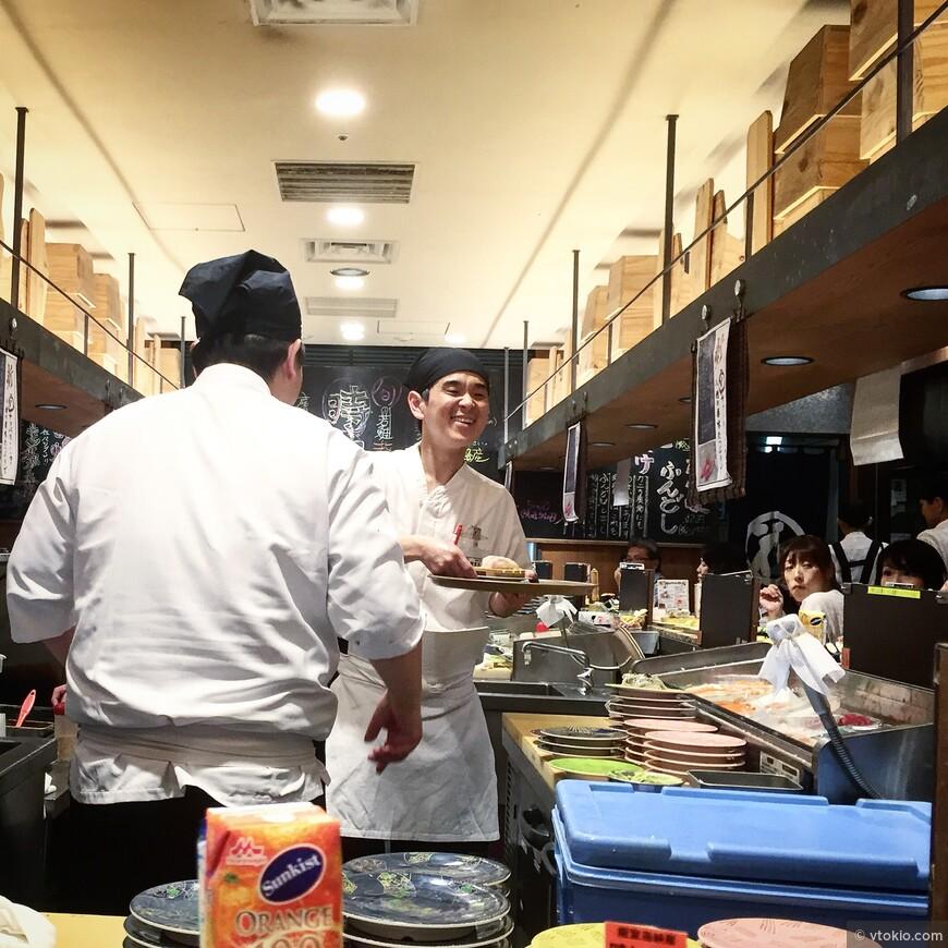 Мастер в суши баре.