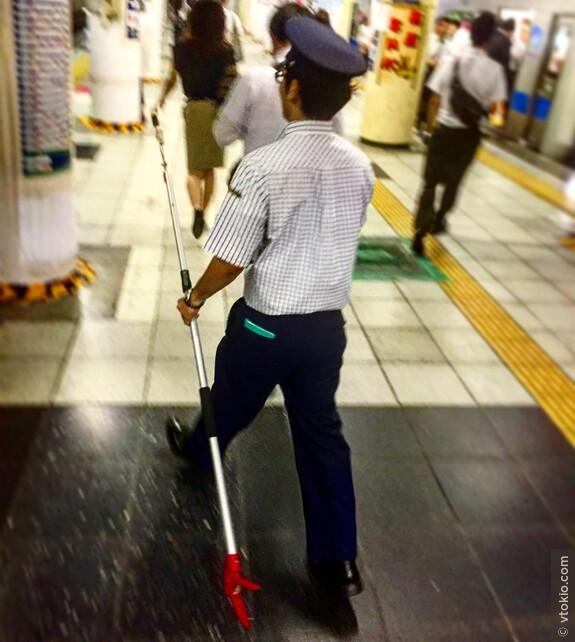 Работник метро идёт спасать упавшую на пути вещь.