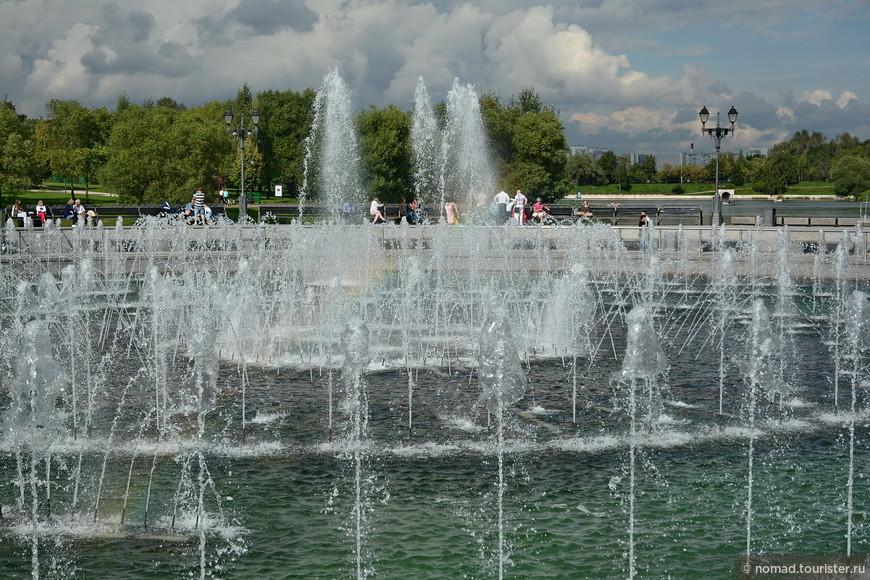 Ах, погода, погода... Вы видите в фонтане радугу? Хилую, осеннюю, но она там есть!!)