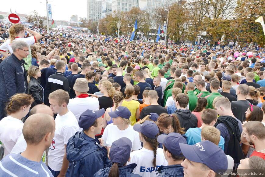 Половину дистанции бегуны в основном шли а не бежали.Очень уж много было желающих.