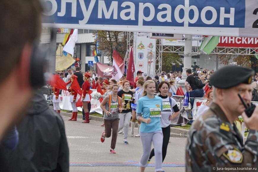 650 желающих пробежать полумарафон в Минске — представители 42 стран, в основном стран ближнего зарубежья: Украины, России, Прибалтики. Однако зарегистрировались бегуны даже из Японии и Коста-Рики.