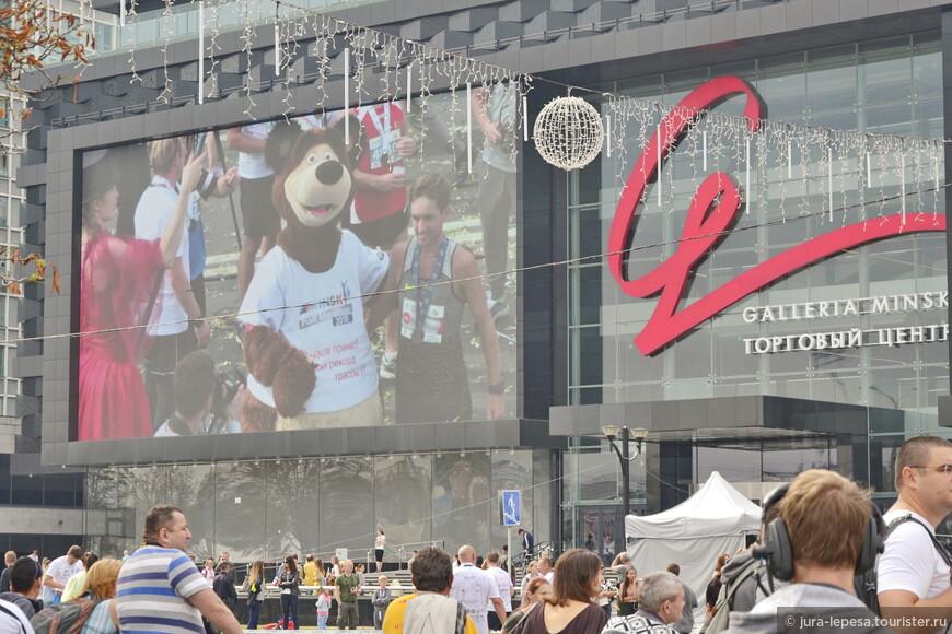 В реальном времени все можно было наблюдать на большом экране строящегося торгового центра.